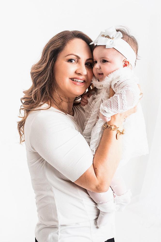 Lucimare segurando um bebê