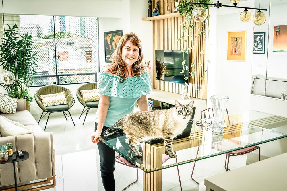 Magda Bertochi em sua sala de estar