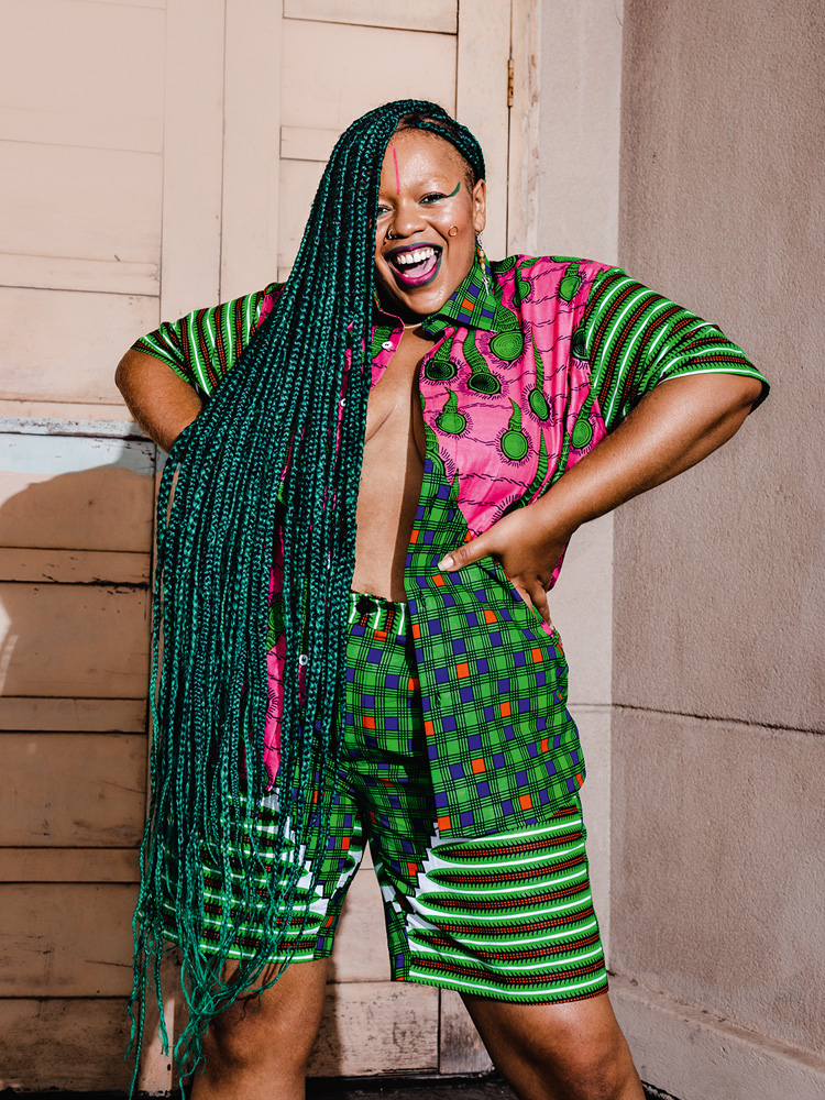 mulher posando para a foto com roupas da berimbau brasil