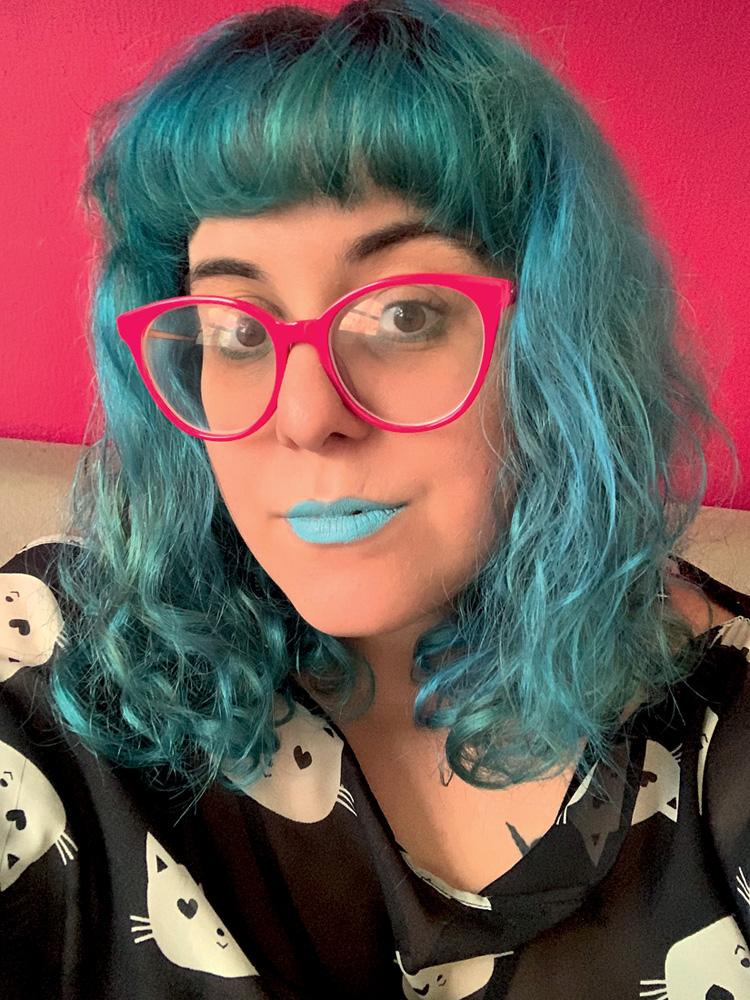 Mabê com cabelo e batom azuis