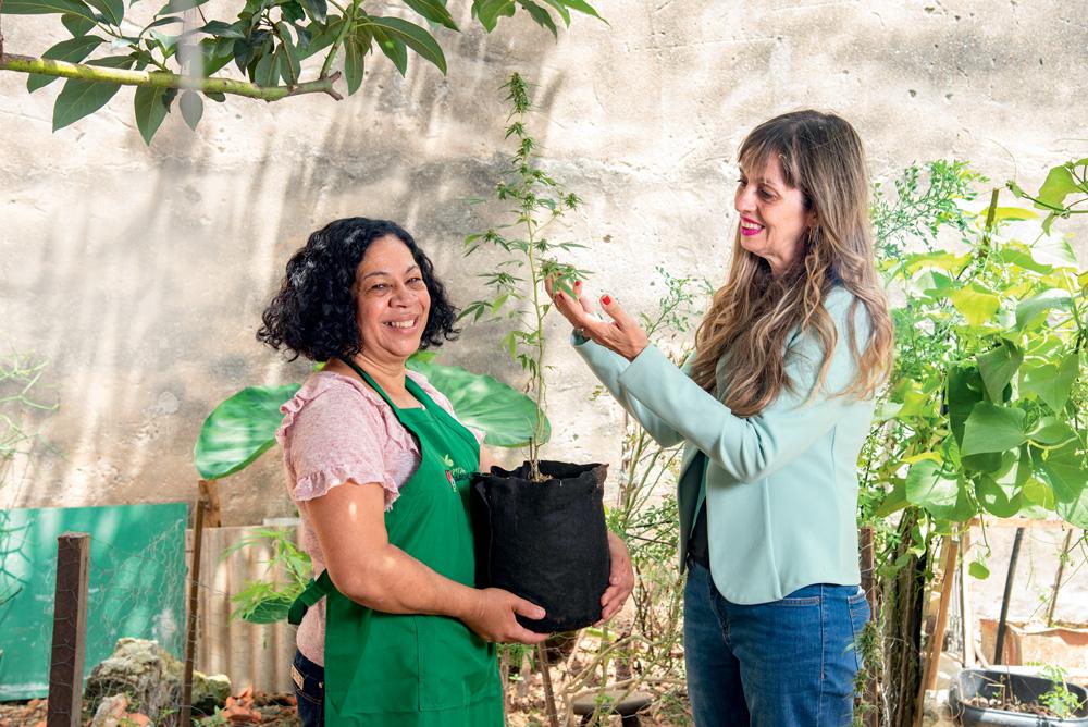 Emilia e Eliane em um quintal