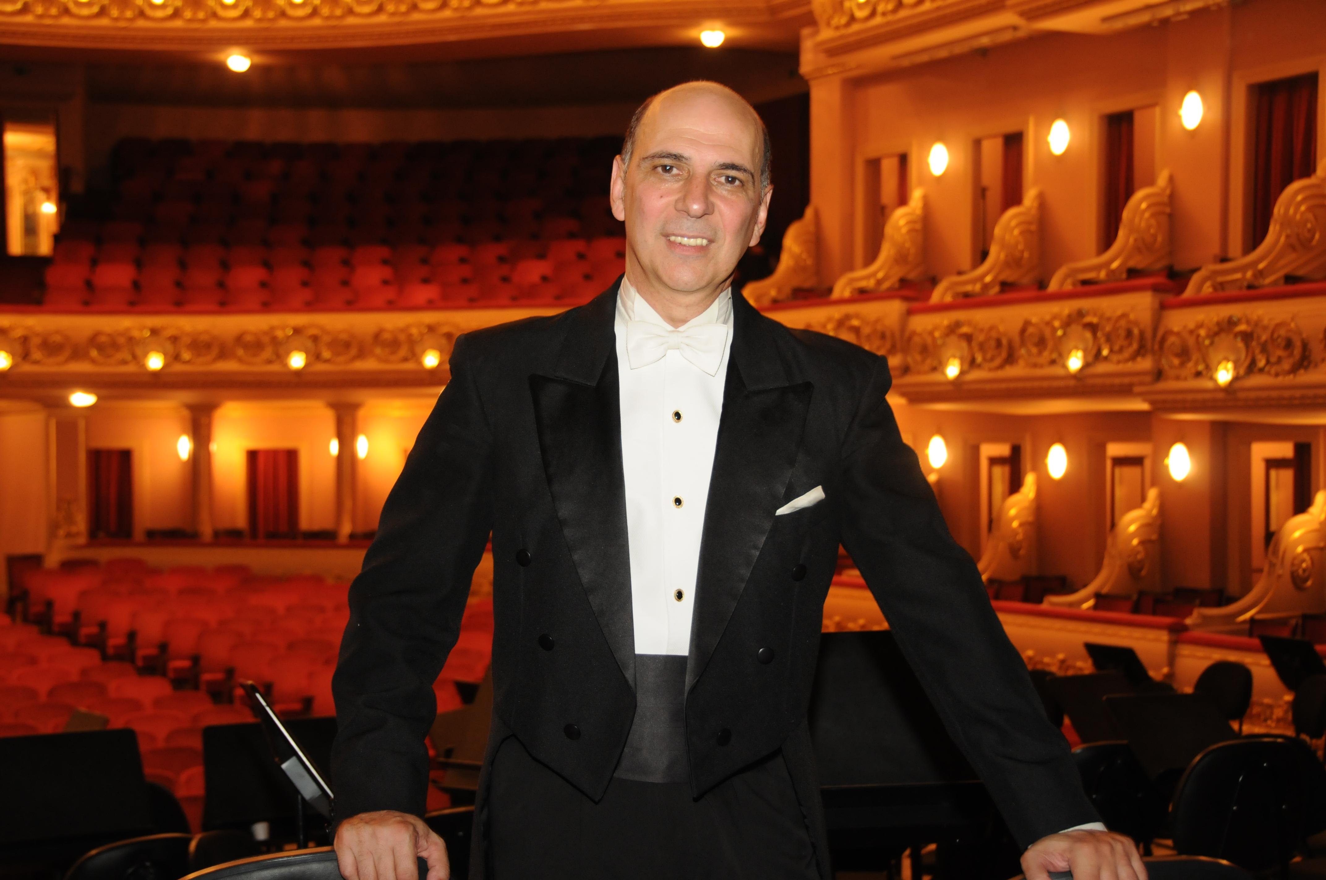maestro Yeruham Scharovsky posando para a foto