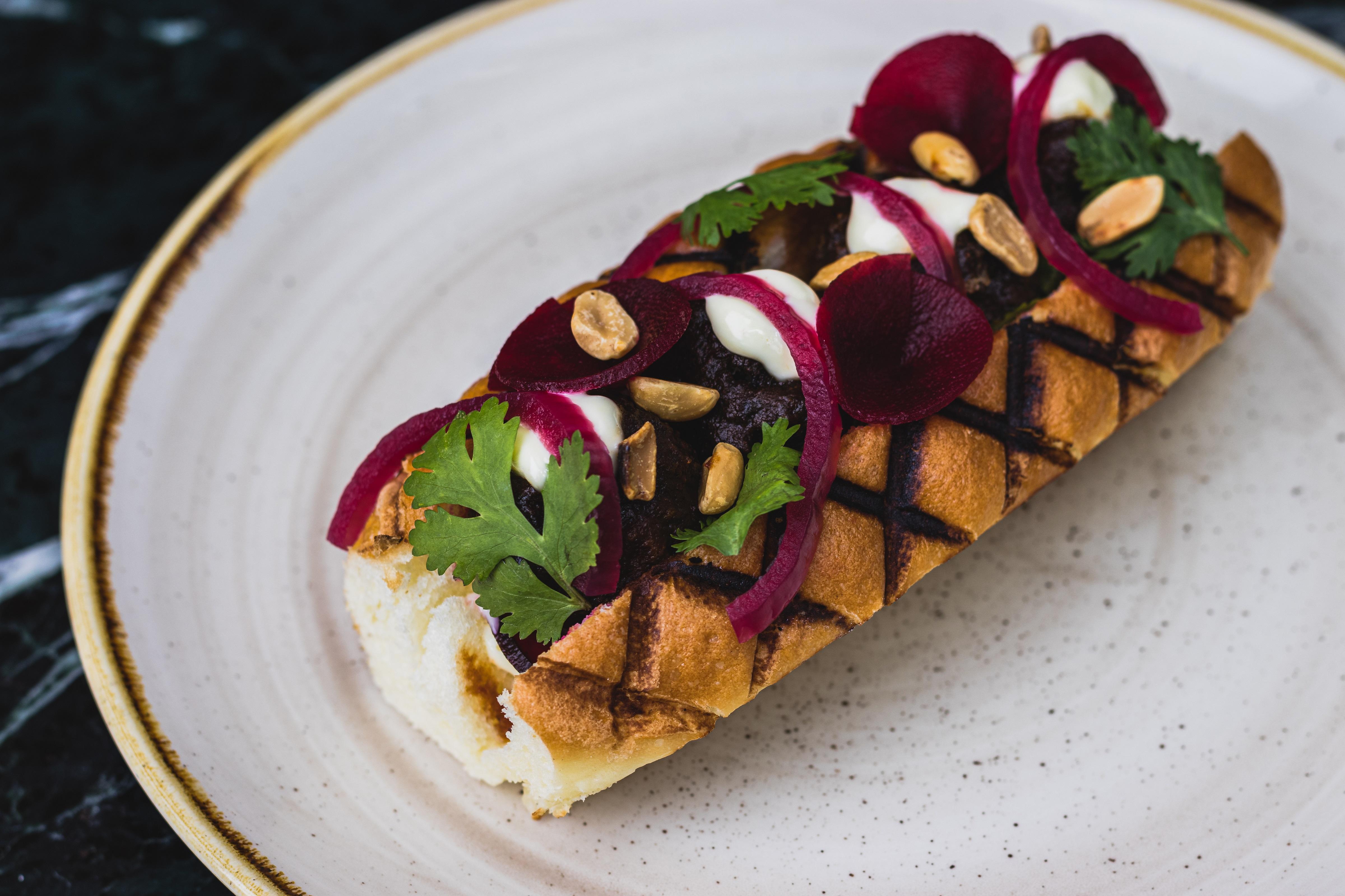 Quimera: sanduíche com almôndegas e molho apimentado