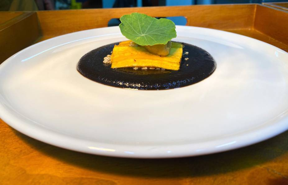 Mole Negro: tem a parceria de quatro lâminas de banana-da-terra e mel de abelhas nativas