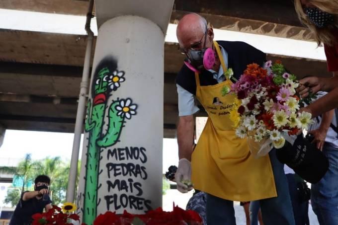 Padre Júlio Lancelotti coloca flores no lugar de pedras que tinham sido instaladas pela Prefeitura sob viadutos de SP (Henrique de Campos-Divulgação)