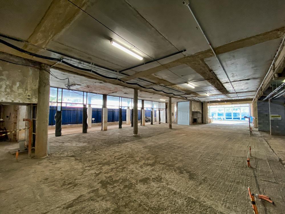 Espaço interno do prédio do Cultura Artística. Ambiente vazio, apenas com pilastras de sustentação.