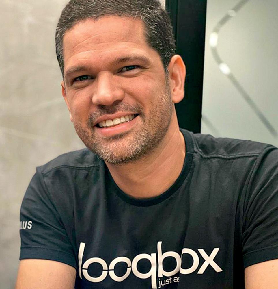 Rodrigo Murta, sorrindo e com os olhos levemente fechados