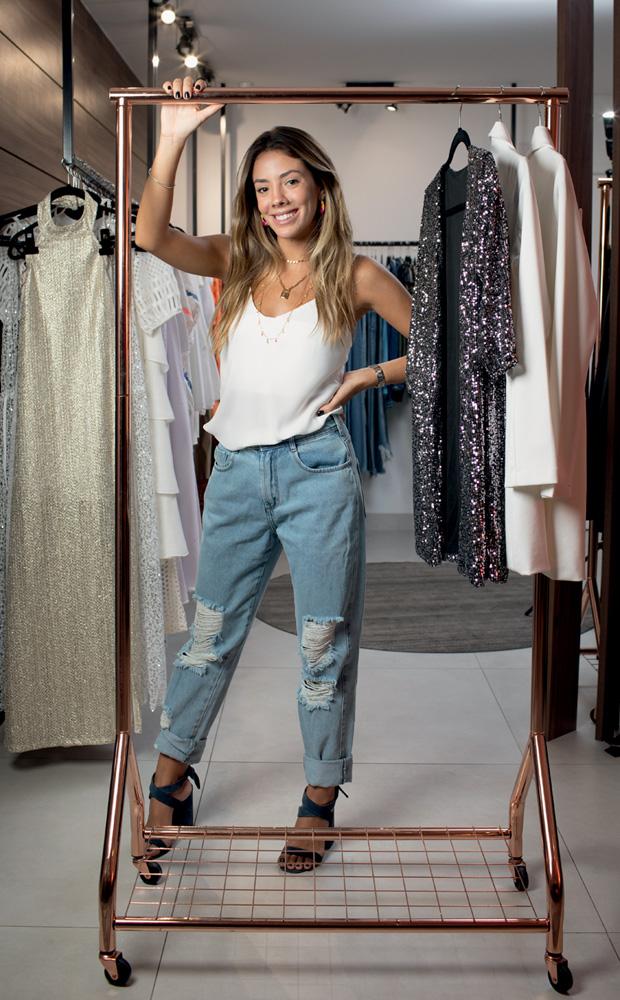 Isabela Caritás em seu armário com roupas