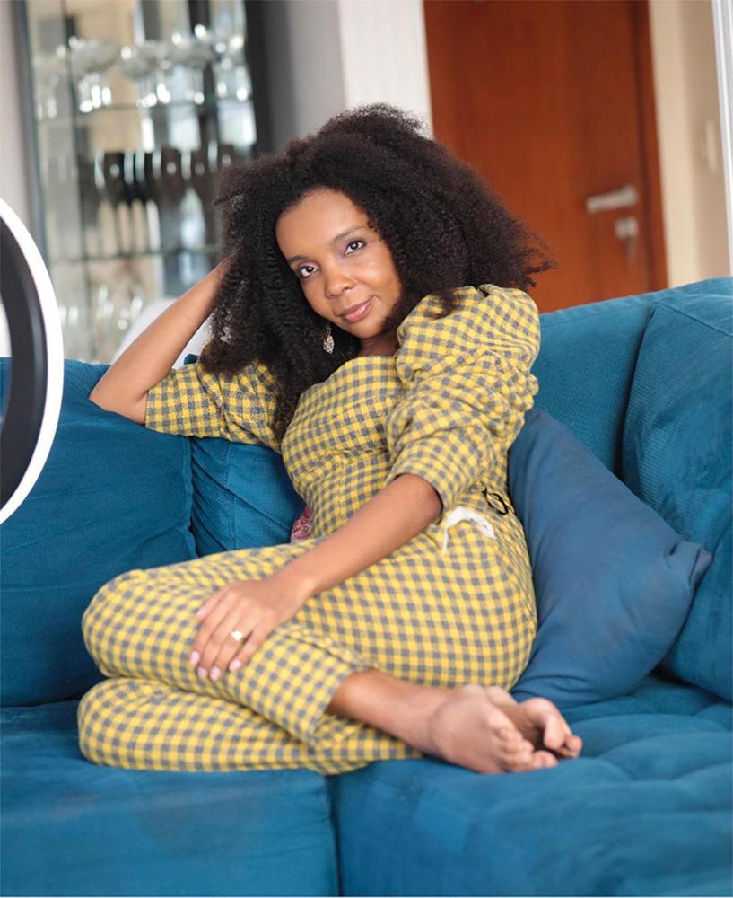 Thelma deitada em seu sofá
