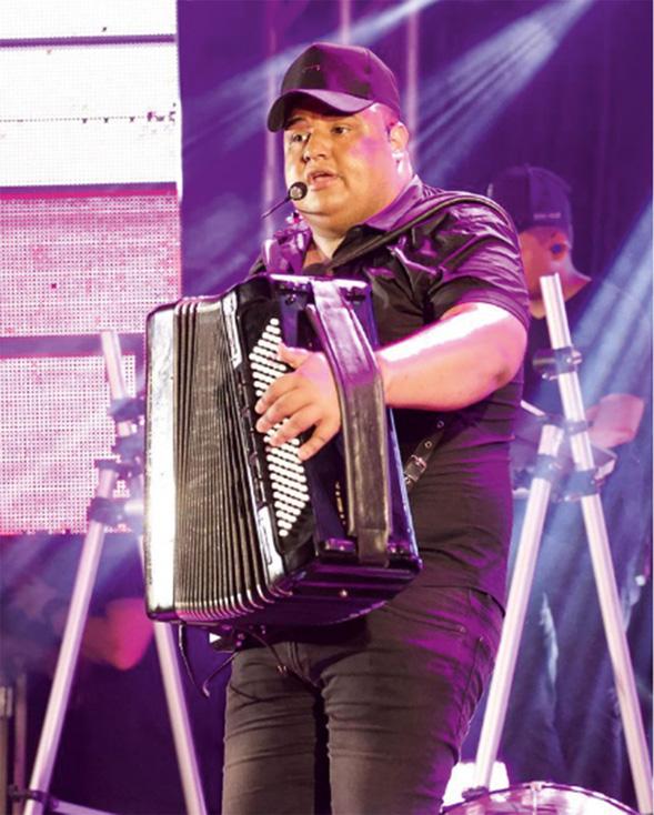 Tarcísio em show, com seu acordeon