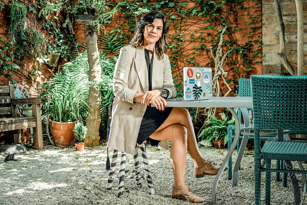 Viviane Sedola, sentada em seu jardim