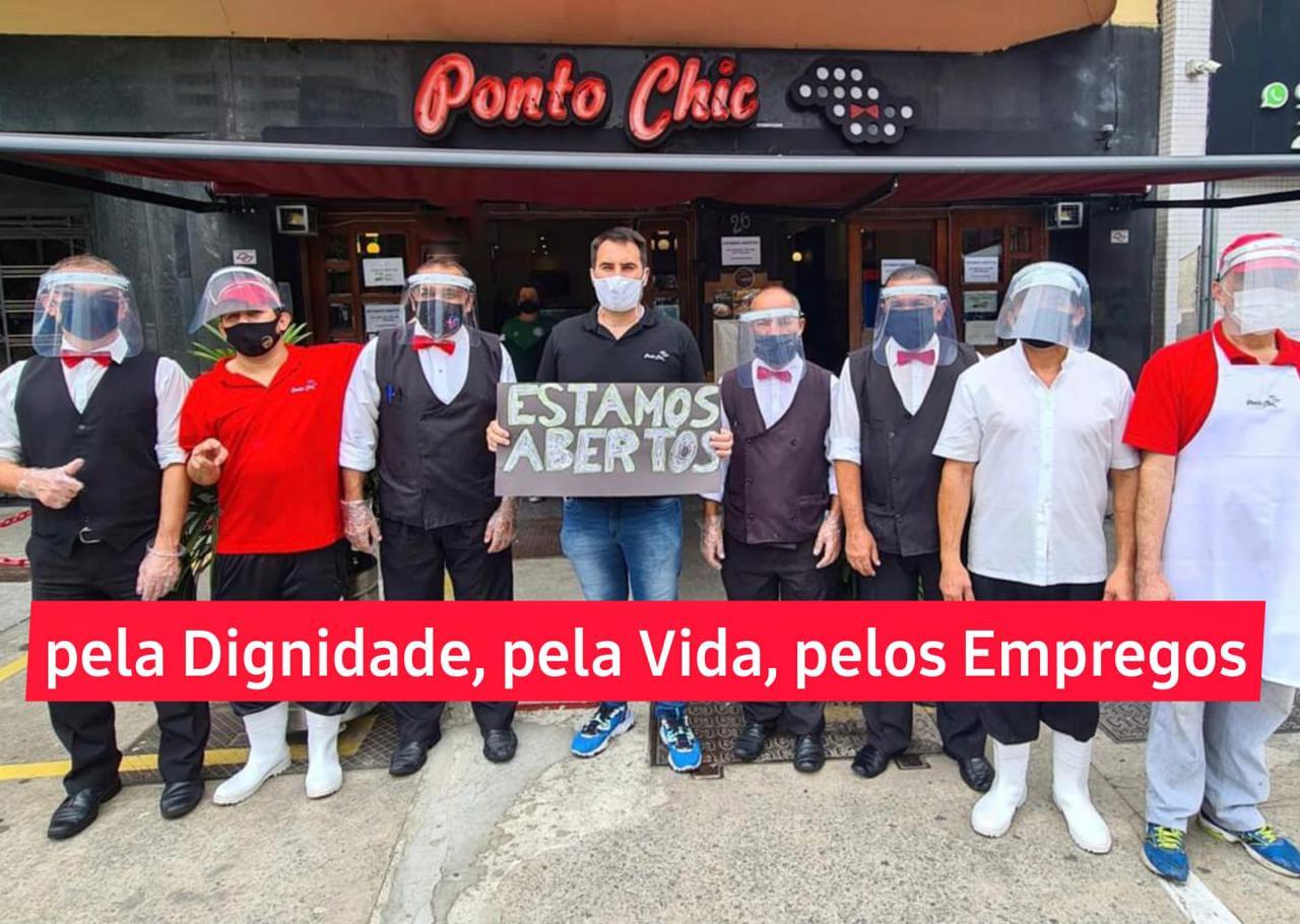 O empresário e a equipe em frente ao restaurante: protesto para funcionar
