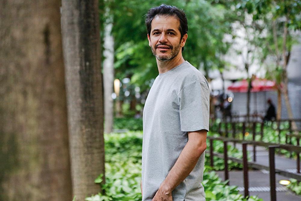 Imagem mostra o escritor e jornalista Patrick Santos posando para a foto