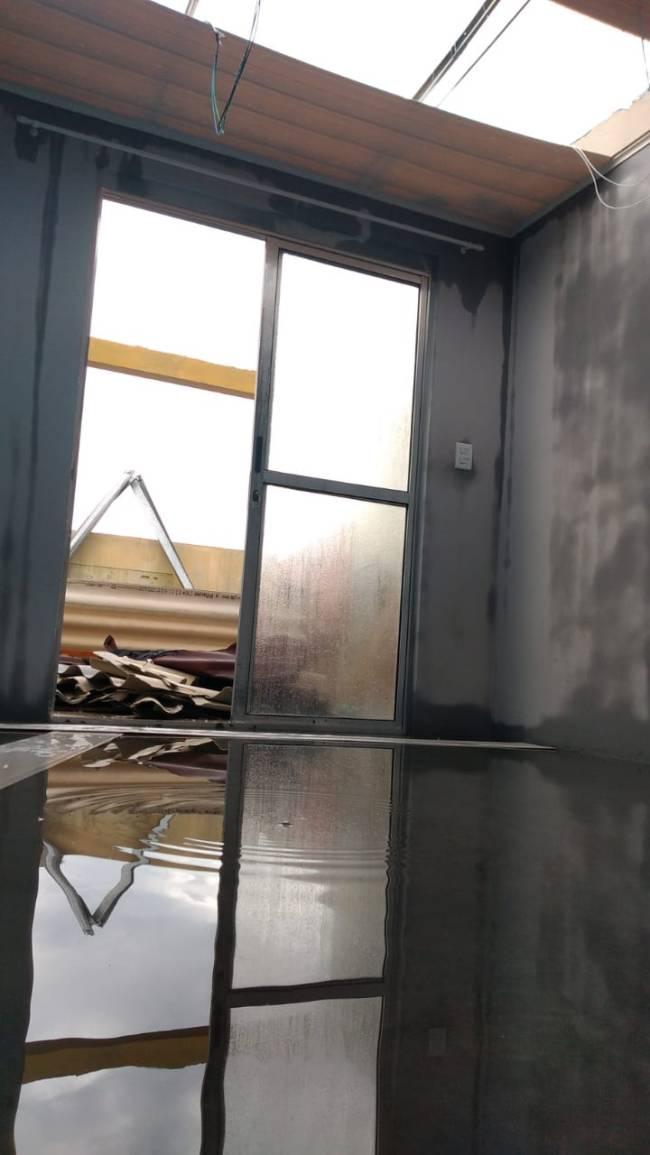 Andar superior da casa do designer de moda Will, do Afro Perifa: avarias com a chuva
