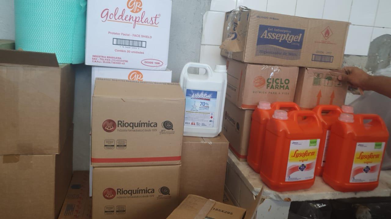 Imagem mostra equipamentos de limpeza empilhados em sala