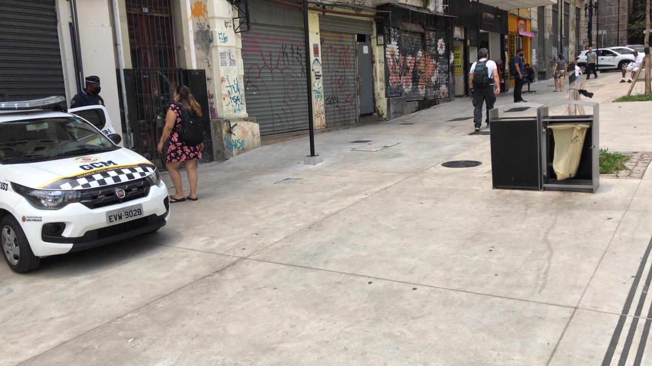 Imagem mostra lixeira que fica no calçadão da Avenida São João sem a parte traseira