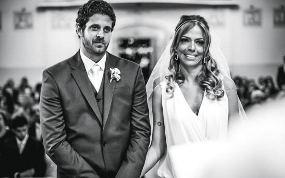 christian e juliana posando para a foto em seu casamento