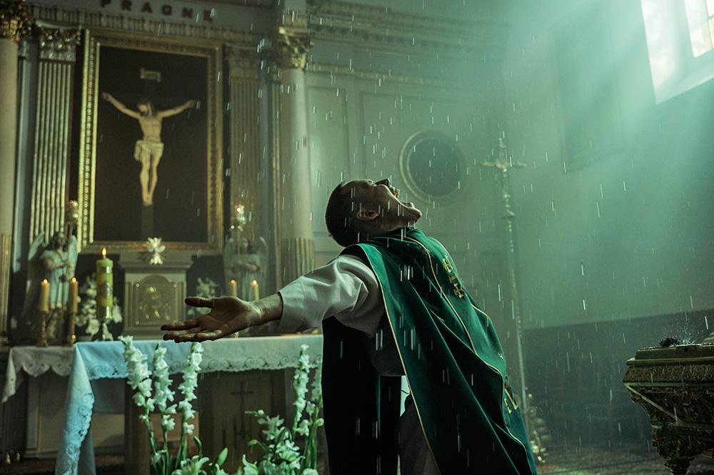 homem com bata de padre gritando aos céus