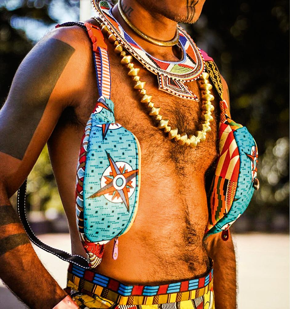 busto de homem posando com pochetes estilizadas chamadas 'afrochetes'
