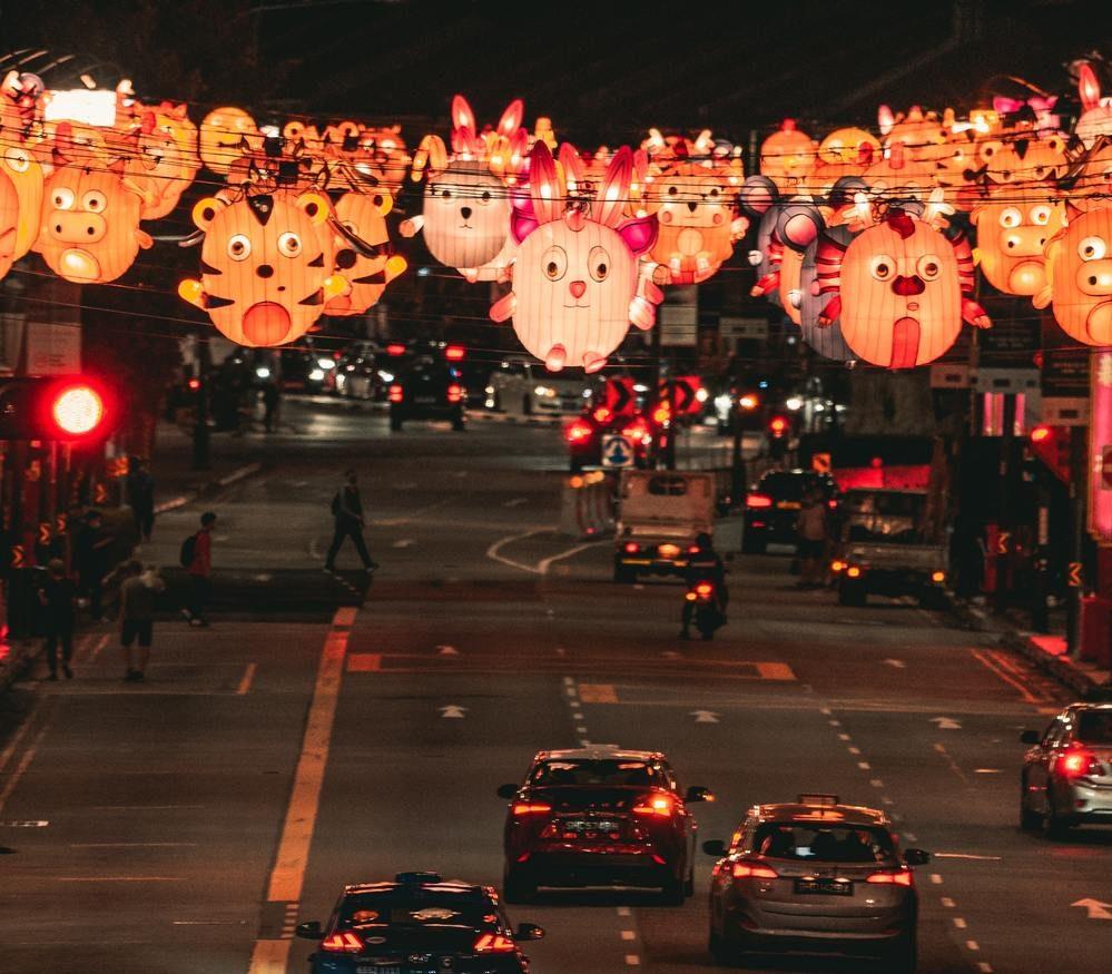 Faixas com decorações de animais penduradas em uma avenida em comemoração ao Ano Novo Chinês