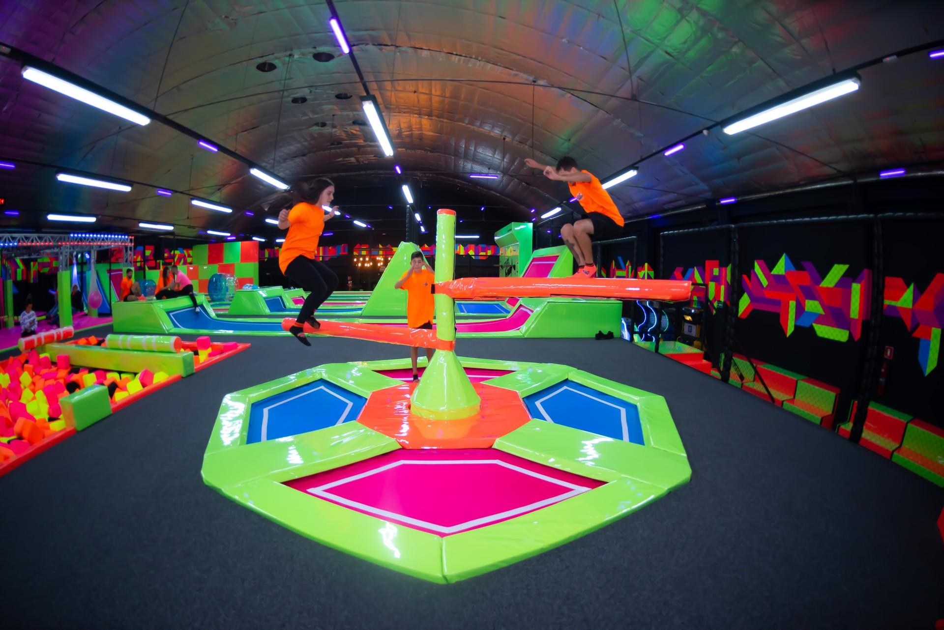 """Imagem mostra o Altitude Park com participantes brincando no """"twister"""""""