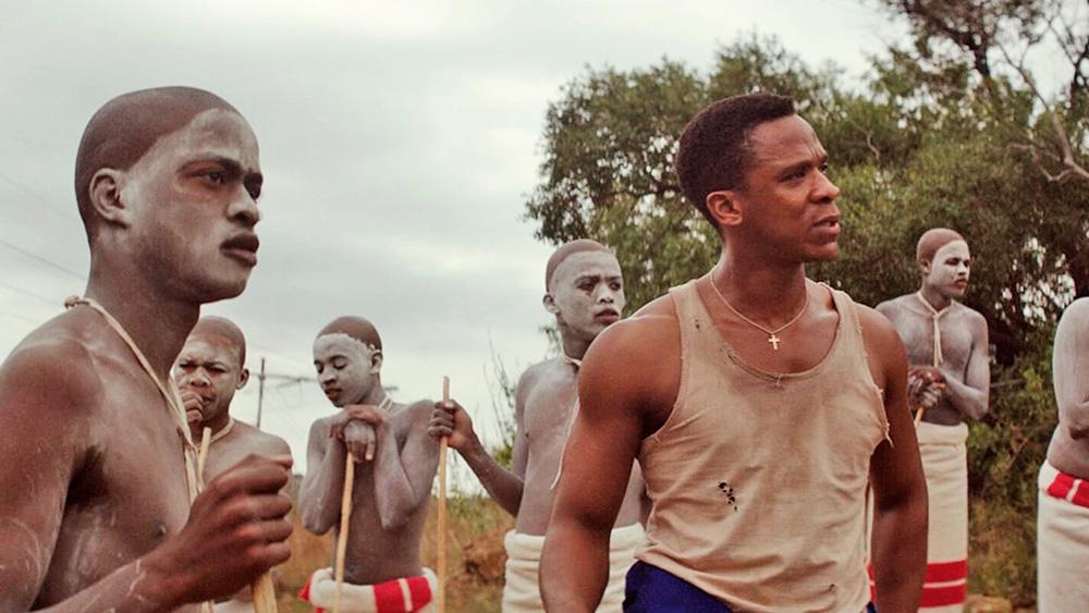 homens de tribo indígena olhando para alguém fora do quadro