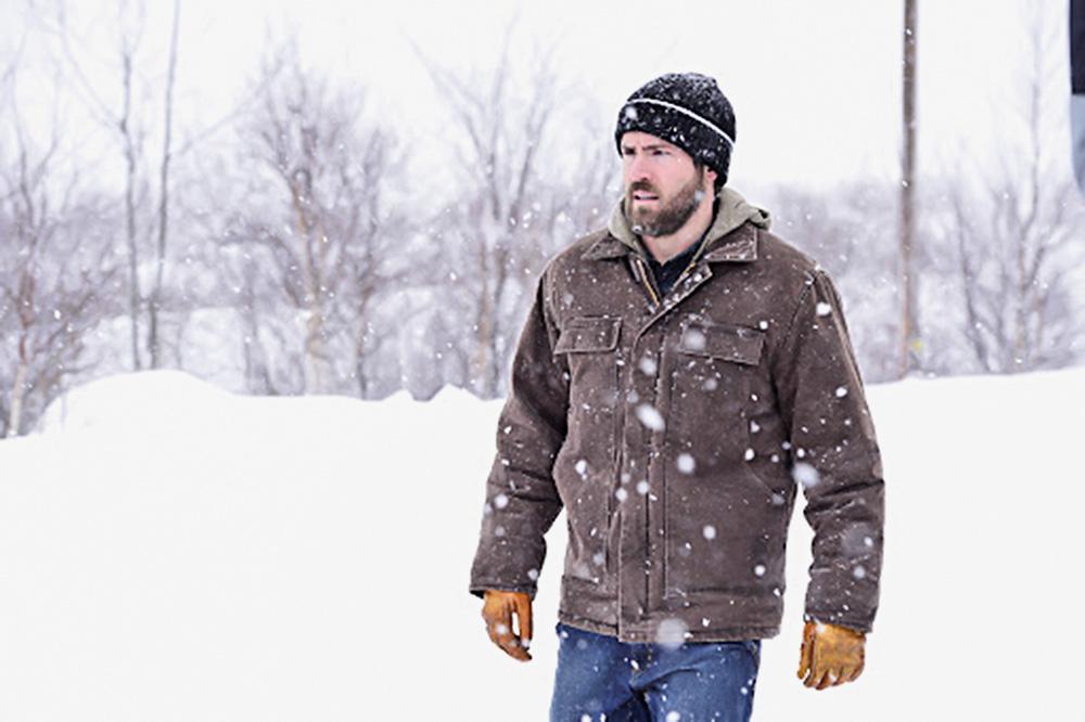 homem na neve olhando para o horizonte