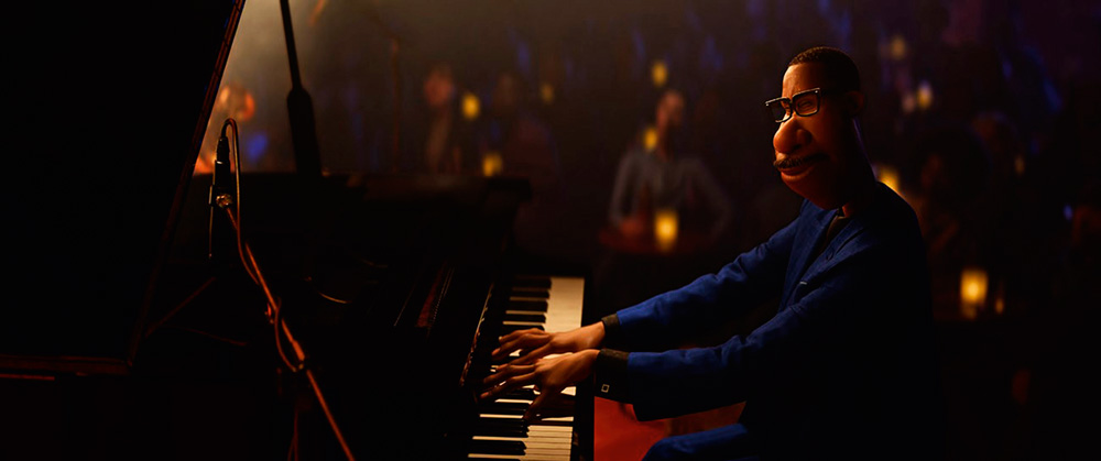 Cena do filme mostra personagem principal tocando piano