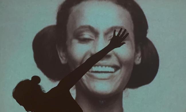 Camila no cenário que leva a foto de sua mãe, Vera Manhães: conexão com o momento pandêmico e histórias pessoais
