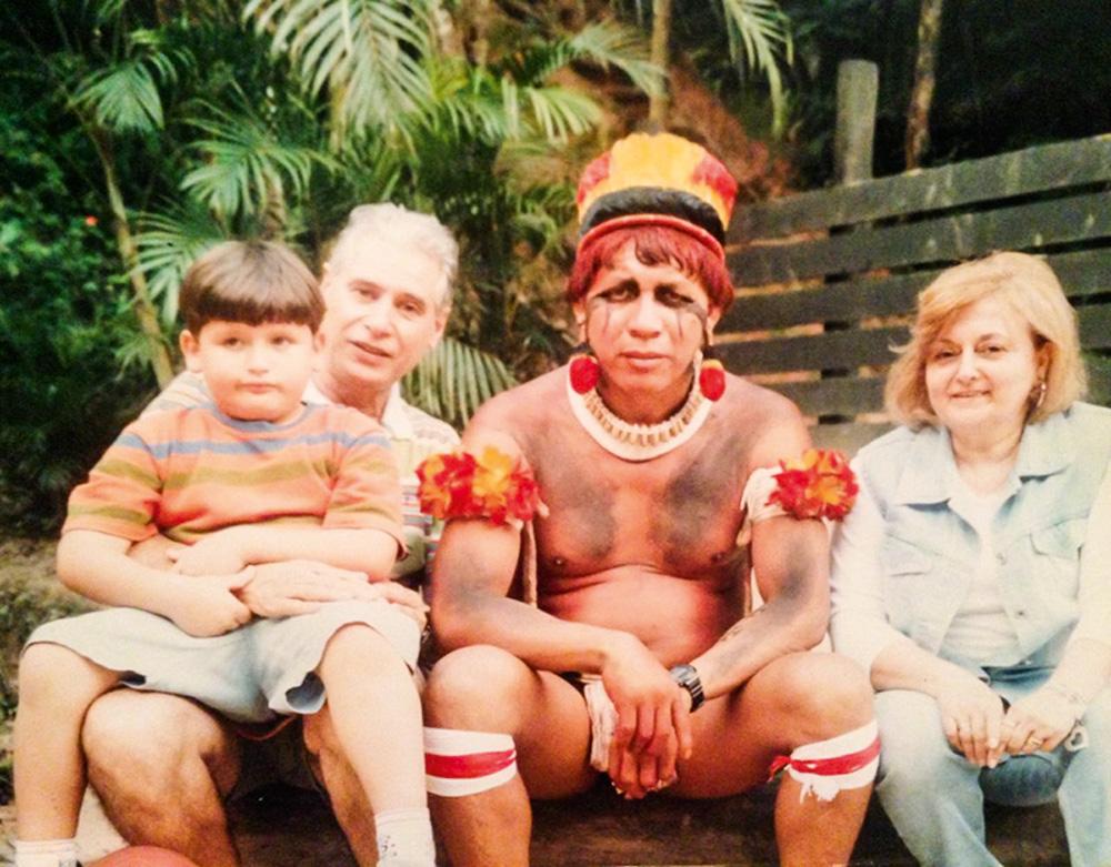 foto antiga de Ana Carolina Begliomini Nicola com seus pais e um indígena