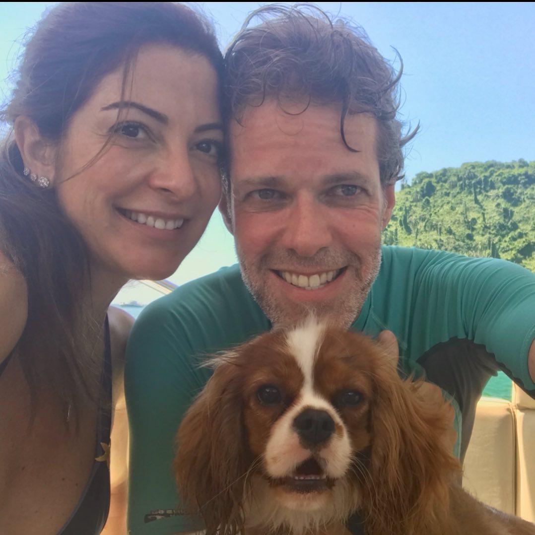 A apresentadora Ana Paula Padrão ao lado do marido Gustavo Diament e o cachorrinho Mané.