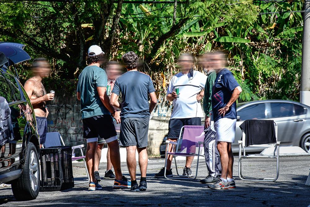 Reunião de cerca de seis pessoas sem máscara na Praça Vinicius de Moraes, no Morumbi