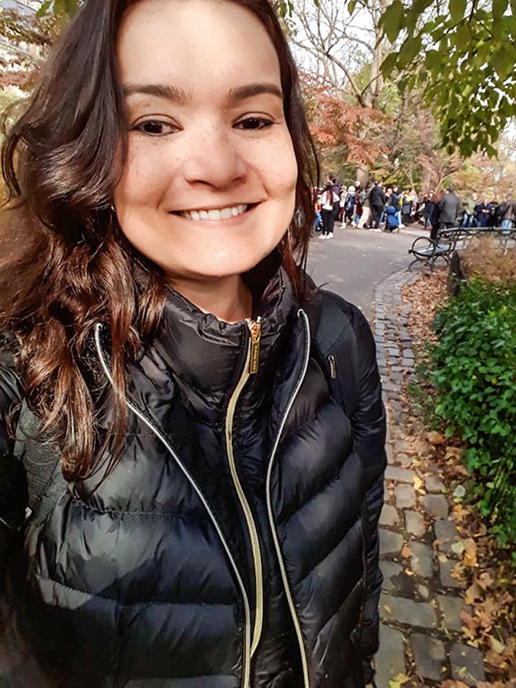 Debora Rodrigues sorrindo para selfie