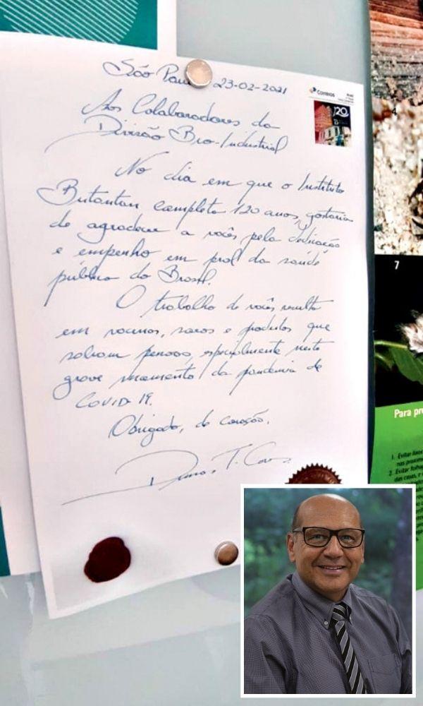 Carta escrita a mão por Dimas Covas. No canto inferior esquerdo da imagem, um retrato 3x4 do diretor do Butantan