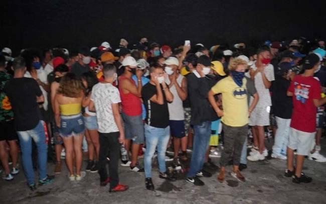 Pessoas que frequentaram uma festa clandestina na Zona Sul