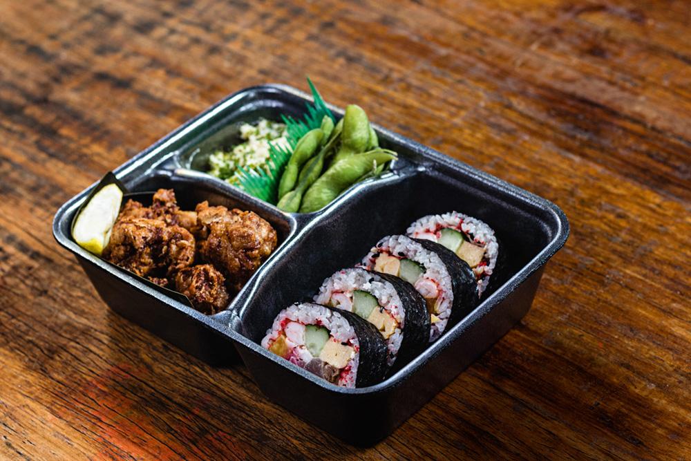 Hirá Ramen Izakaya: futomaki ben com sushis enrolados