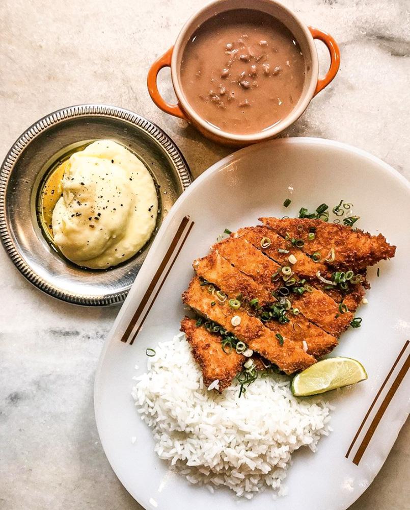 Frango à milanesa: acompanhado de arroz, feijão e purê de batata
