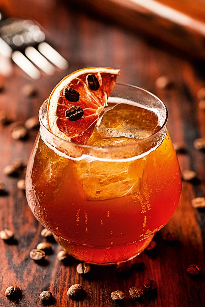 Perseu Coffee House: drinque coffee mule com rum jamaicano, xarope de mel, angostura e infusão dos grãos