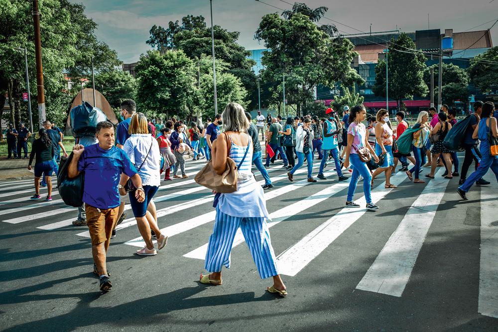 Largo da Concórdia, pessoas atravessando a rua