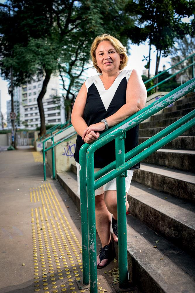 Marta apoiada em um corrimão de uma escada do Parque Augusta