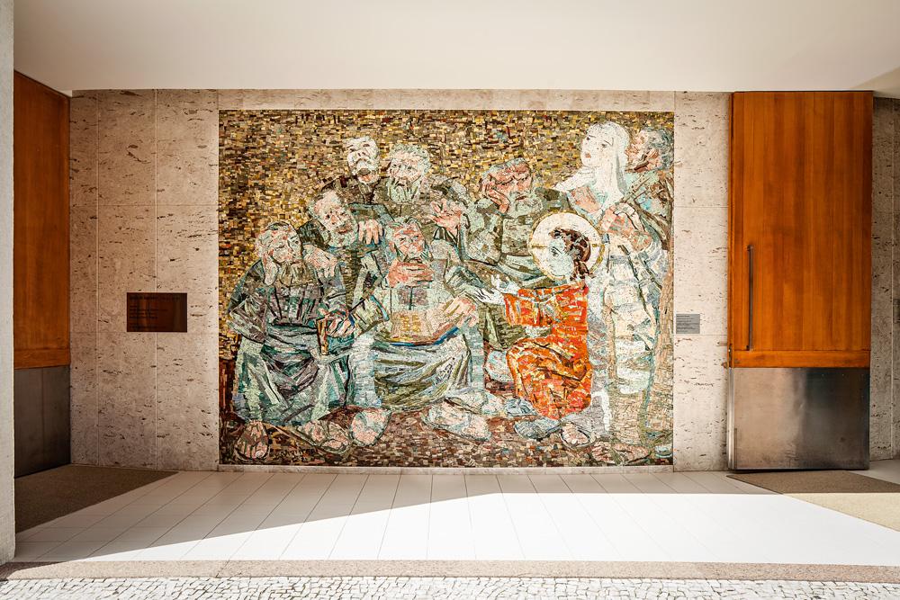 Capela da PUC-Rio com painel feito por Isabel Ruas, de obra de Candido Portinari