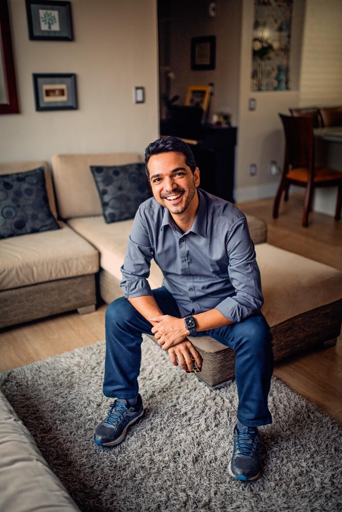Raphael Coelho sentado em um sofá
