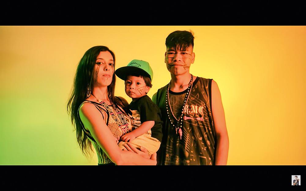 Yamani, Mirindju e o filho Karaí posando para a câmera
