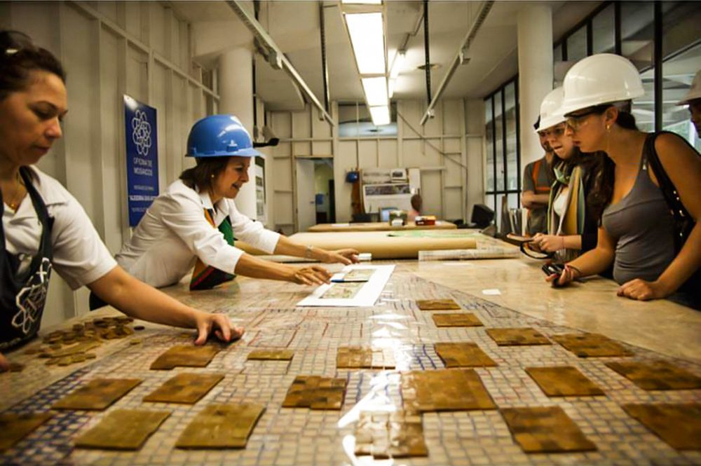Isabel Ruas e equipe do Oficina de Mosaicos em reunião para restauração do painel do Teatro Cultura Artística