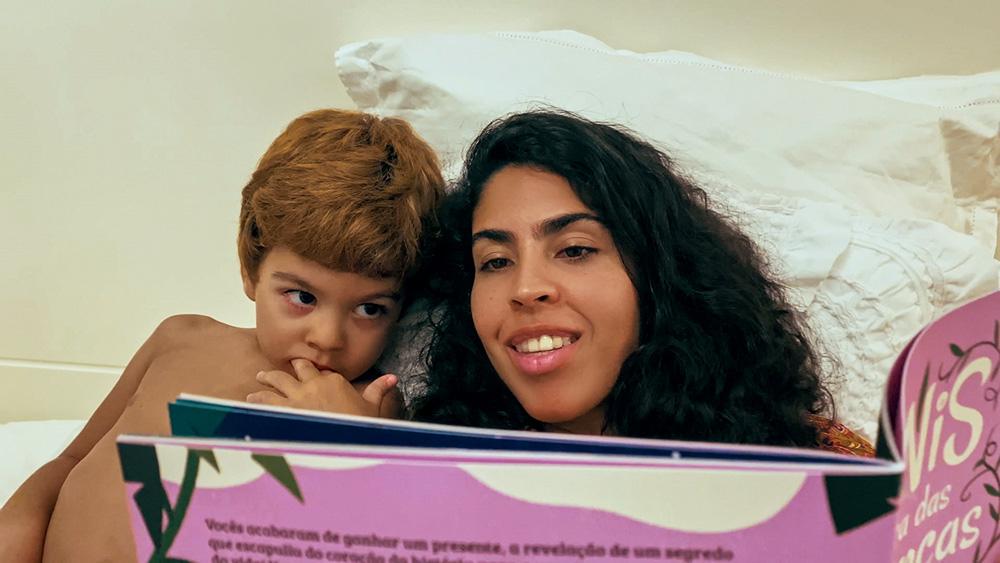 Bela Gil e filho Nino com livro TiNis