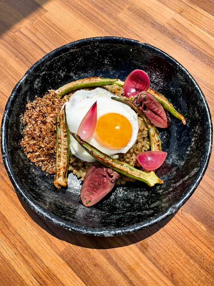 Arroz com frango caipira: com coração de pato, picles de cebola-roxa, ovo frito e farofa de presunto