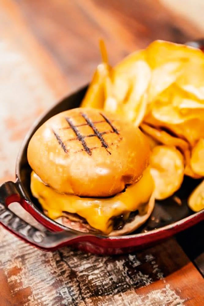 Astor: ici burger é pão com queijo cheddar, picles, cebola caramelada e hambúrguer