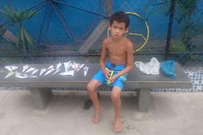 mae-de-arthur-dos-santos-de-apenas-7-anos-encontrou-filho-vendendo-avioes-de-papel-para-comprar-celular-1616190713682_v2_900x506