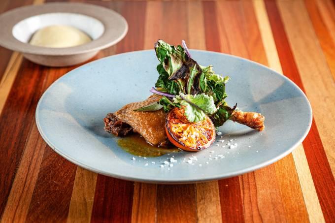 pato confitado com purê de batata com alho-poró e laranja grelhada_1.jpg