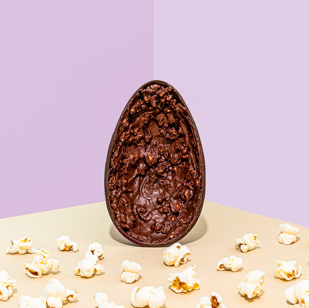 Pipoca caramelada no ovo de páscoa: com cristais do sal inglês Maldon